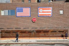 Pared conmemorativa del cuerpo de bomberos con la gente en un día soleado en Nueva York Fotos de archivo libres de regalías