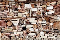Pared construida de toda la clase de ladrillos, de piedras y de palillos fotografía de archivo libre de regalías