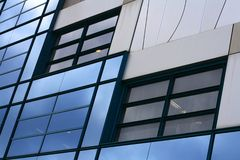 Pared corporativa azul de las ventanas imágenes de archivo libres de regalías