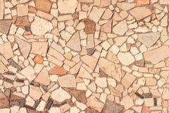 Pared cubierta con los pedazos de piedra Fotos de archivo