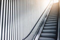 Pared de acero del modelo del edificio moderno de la escalera móvil Imagen de archivo libre de regalías
