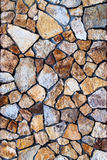 Pared de albañilería de las piedras de los colores con el modelo irregular Fotografía de archivo