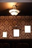 Pared de bastidores y de whiteboards en blanco en el interior del pub - mofa para arriba, cartelera, espacio del anuncio dentro fotografía de archivo libre de regalías