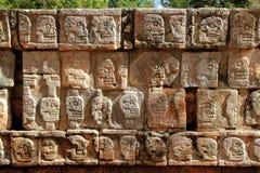 Pared de Chichen Itza Tzompantli del maya de los cráneos Imágenes de archivo libres de regalías