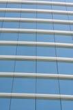 Pared de cristal azul del edificio de oficinas Foto de archivo libre de regalías