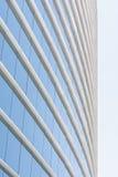 Pared de cristal azul del edificio de oficinas Imágenes de archivo libres de regalías
