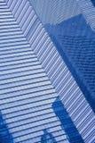 Pared de cristal azul del rascacielos moderno Foto de archivo libre de regalías