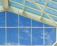 Pared de cristal - cielo azul Fotos de archivo
