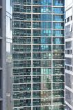 Pared de cristal con los apartamentos y los balcones foto de archivo libre de regalías