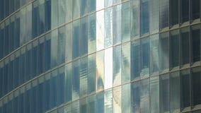 Pared de cristal del centro de negocios de gran altura moderno, edificio de oficinas en centro de ciudad metrajes