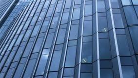 Pared de cristal futurista de un edificio de oficinas Imágenes de archivo libres de regalías