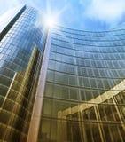 Pared de cristal limpia azul del rascacielos moderno Imagen de archivo