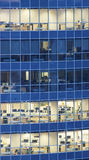 Pared de cristal transparente del centro de negocios con las oficinas Imágenes de archivo libres de regalías