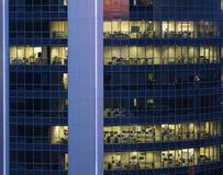 Pared de cristal transparente del centro de negocios grande con las oficinas Foto de archivo
