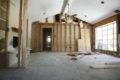 Pared de división en casa bajo renovación foto de archivo