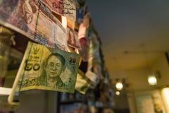 Pared de ejecución internacional diversa de las monedas junto Imagen de archivo libre de regalías