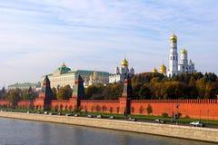 Pared de Kremlin y río de Moskva Foto de archivo