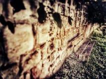 Pared de la abadía con el banco de parque Imagen de archivo