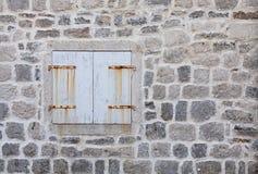 Pared de la casa con la ventana Fotos de archivo
