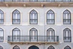 Pared de la casa con las ventanas en Lisboa Fotos de archivo