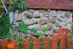 Pared de la casa y del pequeño jardín Imagenes de archivo
