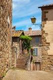 Pared de la casa y de la escalera viejas en la ciudad italiana antigua imagen de archivo