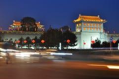 Pared de la ciudad antigua de China Xi'an en la noche Imágenes de archivo libres de regalías