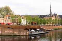 Pared de la ciudad de Den Bosch con una terraza de la orilla del agua Fotos de archivo libres de regalías