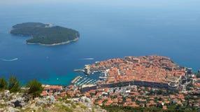 Pared de la ciudad de la ciudad de Dubrovnik e isla viejas de Lokrum Fotos de archivo