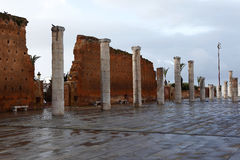 Pared de la ciudad del mausoleo Mohammed V. en Rabat Foto de archivo