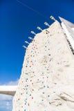 Pared de la escalada debajo del cielo azul con Bell en la parte superior Fotografía de archivo libre de regalías