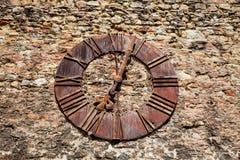 Pared de la fortaleza de Kaptol y del reloj oxidado antiguo quitados de la catedral de Zagreb imagen de archivo
