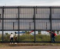 Pared de la frontera de los E.E.U.U. México imágenes de archivo libres de regalías