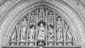 Pared de la iglesia con las estatuas Imágenes de archivo libres de regalías