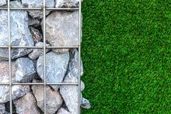 Pared de la piedra y de la hierba Foto de archivo libre de regalías