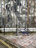 Pared de la pintada con la bicicleta en Plymouth Imagenes de archivo