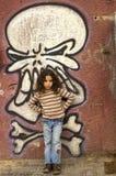 Pared de la pintada de la chica joven Fotos de archivo