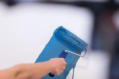 Pared de la pintura de la mano del ` s del decorador imagen de archivo