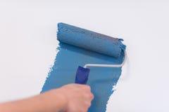 Pared de la pintura de la mano del ` s del decorador imagen de archivo libre de regalías