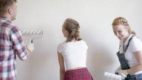 Pared de la pintura de la familia en sitio almacen de metraje de vídeo