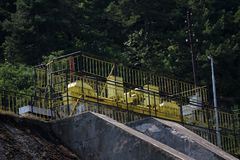 Pared de la presa y desbordamiento de la presa de Iskar Agua que fluye sobre una pared de la presa Niebla que sube sobre la pared foto de archivo