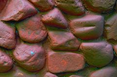 Pared de la roca con las piedras redondeadas grandes Pared de piedra pintada con la pintura marrón Fondo de piedra de la fundació Imagen de archivo