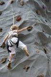 Pared de la roca del muchacho que sube Foto de archivo libre de regalías