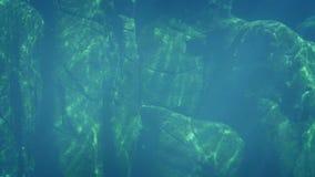 Pared de la roca en el océano almacen de video