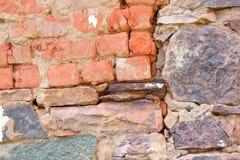 Pared de la roca fijada con los ladrillos Fotografía de archivo