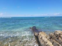 Pared de la roca de la lava que embarcadero en el océano en la playa de Makalei fotografía de archivo libre de regalías