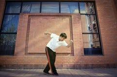 Pared de ladrillo adolescente asiática del frente del baile Imagenes de archivo