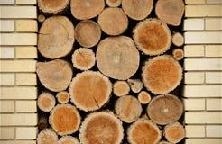Pared de ladrillo y rebanadas de madera Foto de archivo