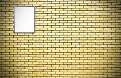 Pared de ladrillo amarilla y muestra blanca Imagenes de archivo