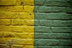 Pared de ladrillo amarilla y verde vieja Fotos de archivo
